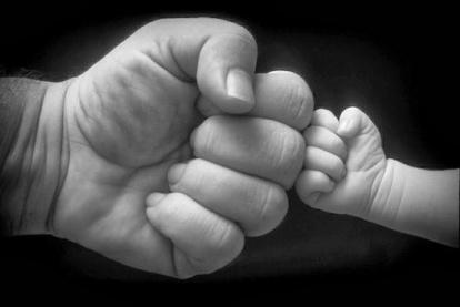 manos-de-papa-y-bebe1